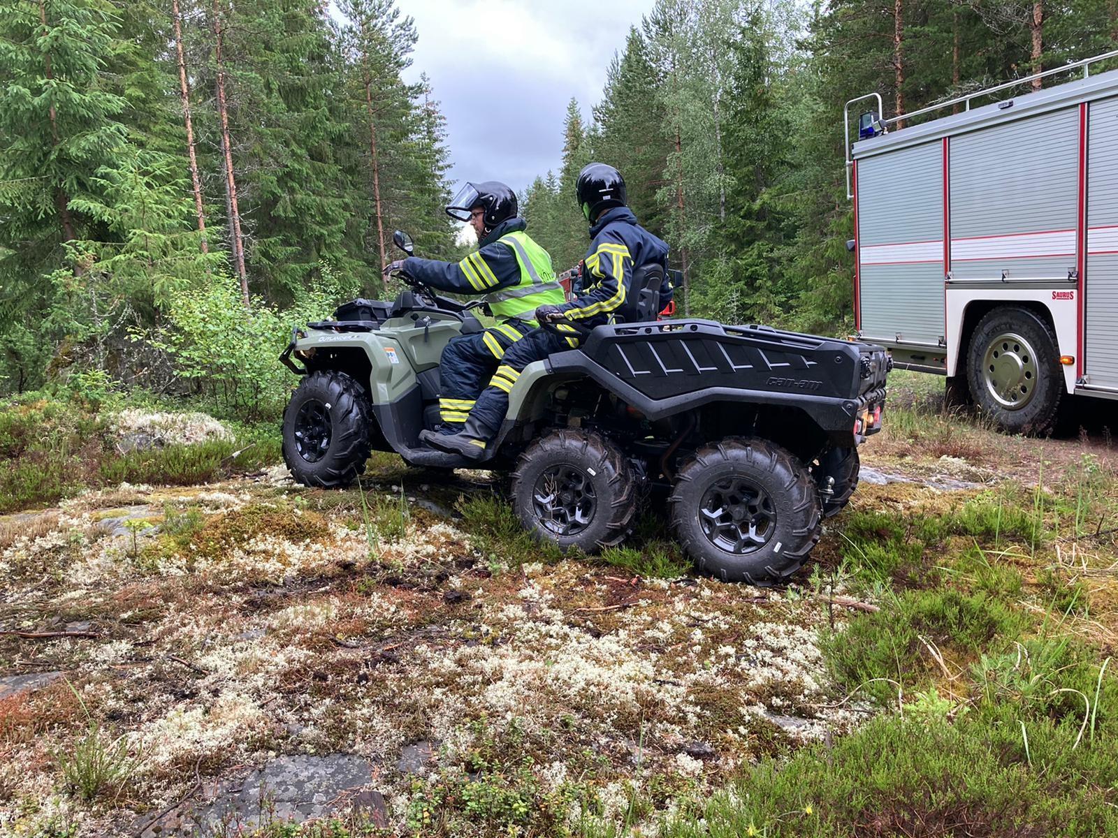 Uusi mönkijä ja maastoperävaunu mukana VPK:n harjoituksissa maastossa. Kaksi henkilöä kyydissä.