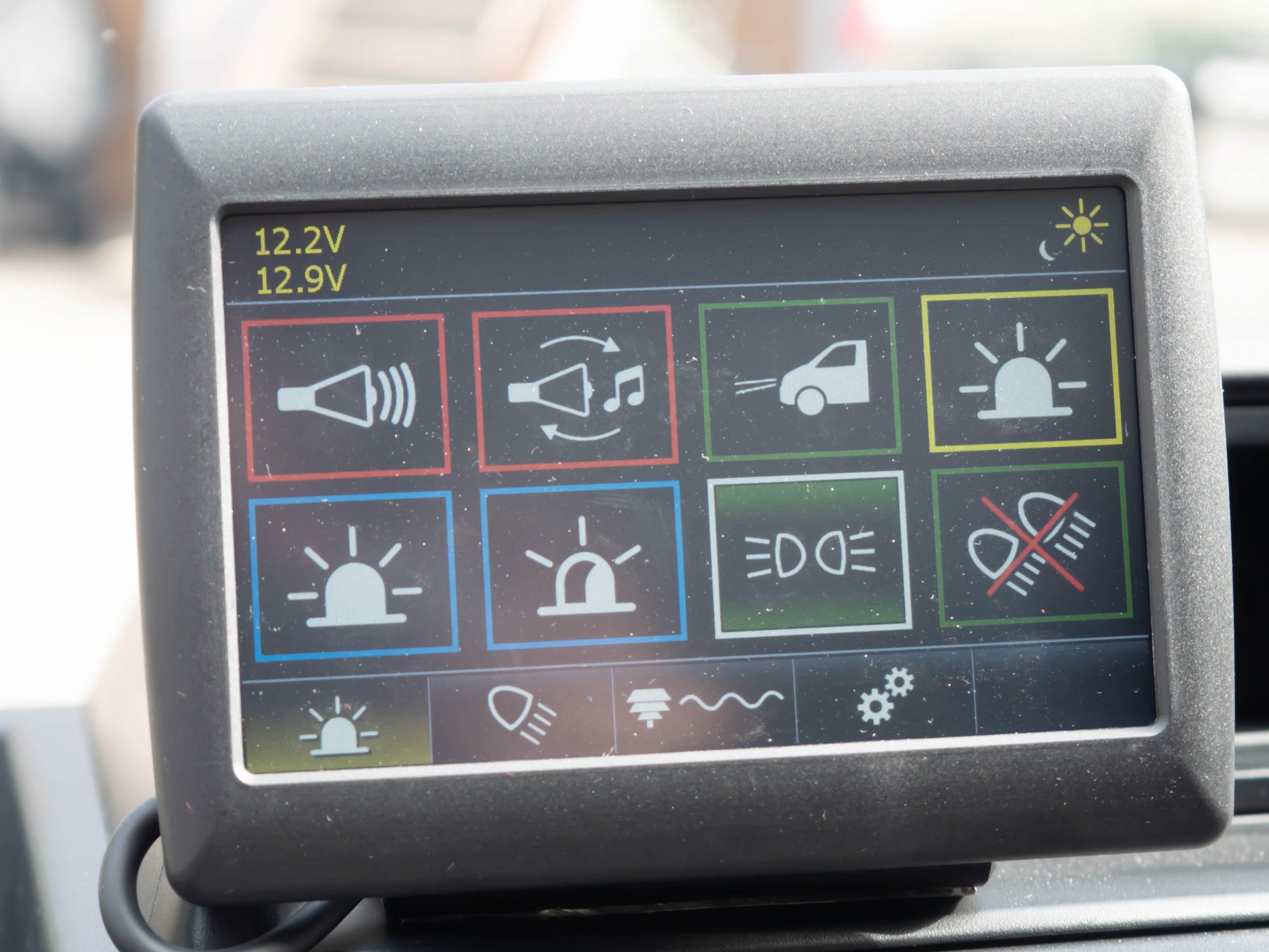 Ohjauspaneeli kaikille hälytys-, työ-, liikenteenohjaus- ja varoitusvaloille sekä hälytys- ja väestöhälytinäänille.