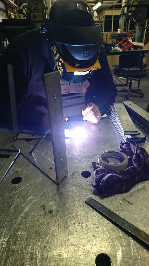VPK-yhdistyksen jäsen tekee metallitöitä.