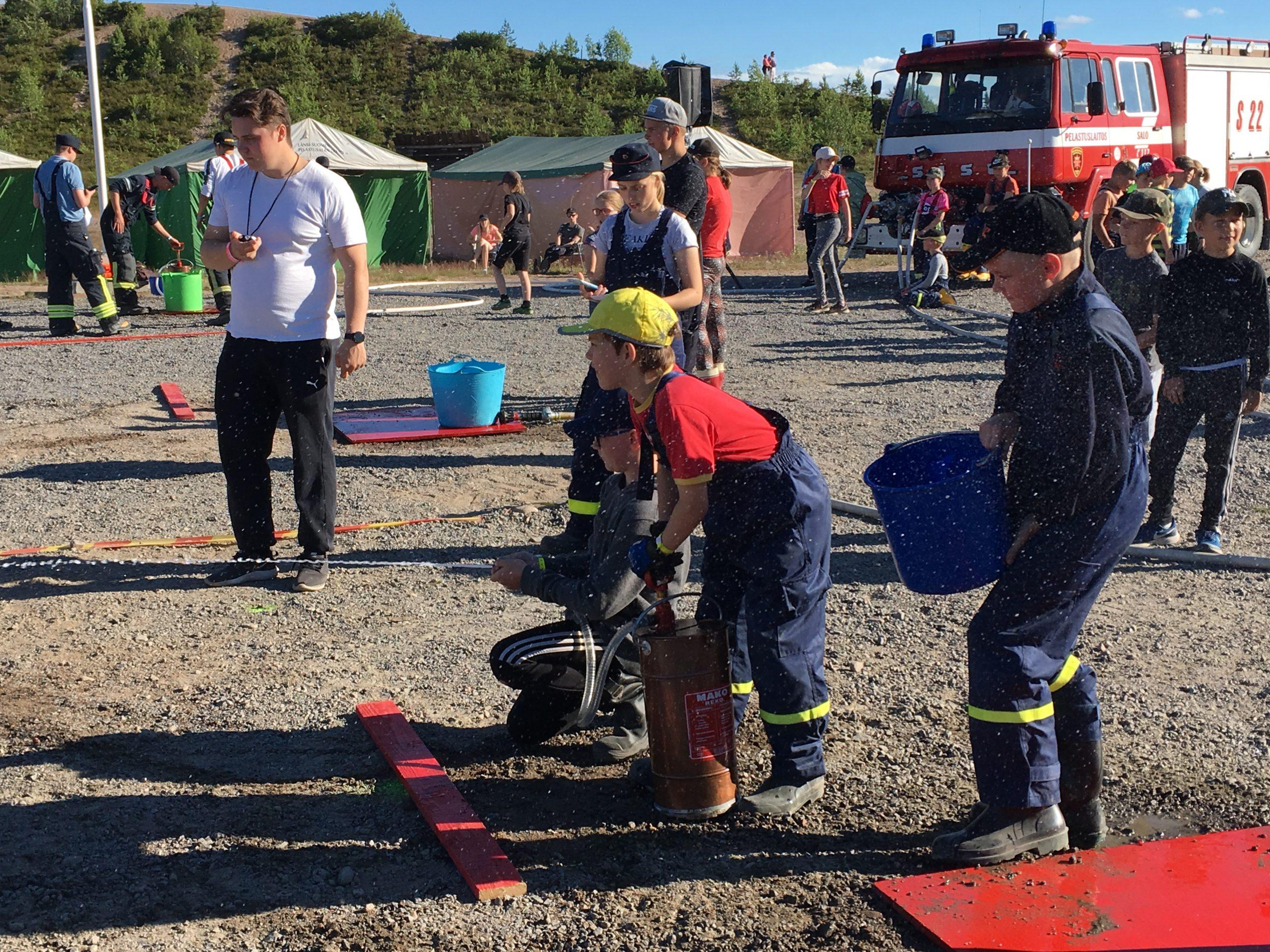 Palokuntanuorten sankoruiskukilpailu hiekkakentällä. (Kuva: LSPeL)