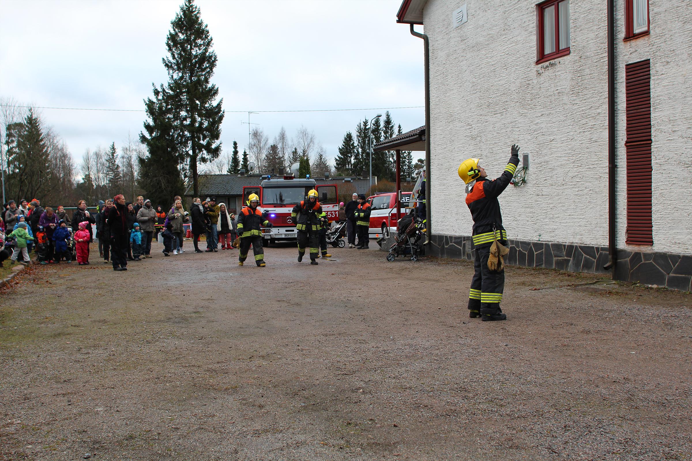 Toimintanäytös paloaseman pihalla Päivä Paloasemalla -tapahtumassa vuonna 2019.
